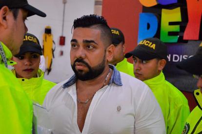 Johan Arrieta Idárraga escucha a un policía el primero de diciembre, cuando fue capturado en una discoteca de la ciudad.
