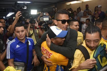 El zaguero Francisco Meza se abraza con sus familiares tras aterrizar en el aeropuerto Ernesto Cortissoz.