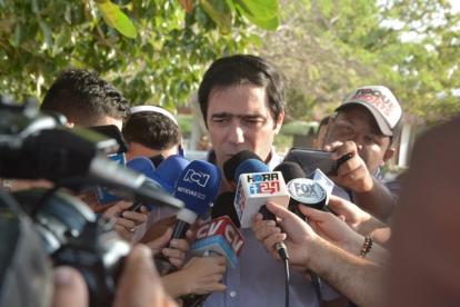 Antonio Char entregando declaraciones a los periodistas en la sede Adela de Char, el martes anterior.