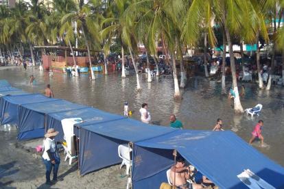 Los bañistas quedaron perplejos ante la alta marea.