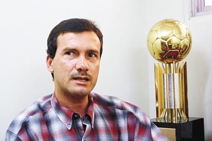 Carlos Ricardo Diazgranados sentado en su oficina en la antigua sede administrativa de Junior.