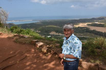 Eduardo Blanco Paulino, de 74 años, uno de los más ancianos del caserío, posa ante la cámara desde el mirador de 'El Cielo'.