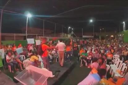 Carlos Caicedo cuando se dirigía a los asistentes al acto político en Ciénaga.