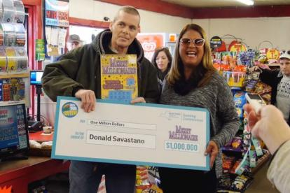 Donald Savastano recibe el premio.