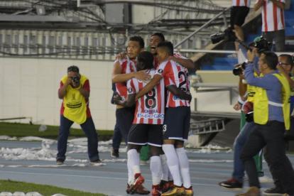 Ruiz celebra con Teófilo, Chará y Luis Díaz.