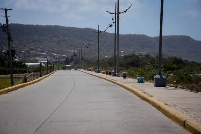 Carretera del malecón del arte de Puerto Colombia, desolada.
