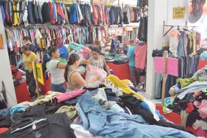 Las mujeres observan una camisa en un almacén ubicado en la calle 30, en pleno Centro de la ciudad.