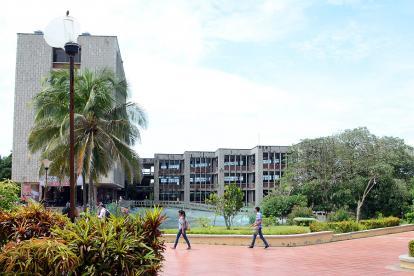 Estudiantes caminan por el campus de la sede norte de la Universidad del Atlántico.