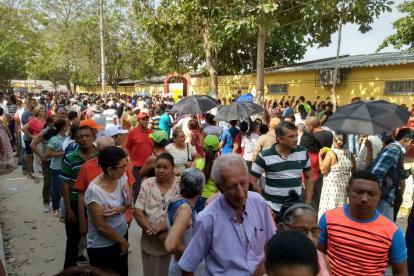 Cientos de personas hacen la filas a las afuera del colegio El Concorde, de Malambo.