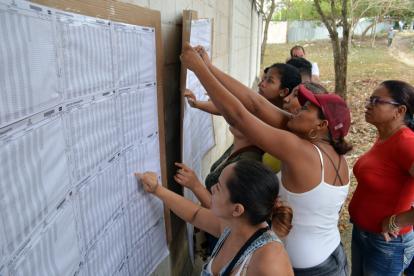 Un grupo de mujeres consulta las listas en las afueras de la Institución Educativa Concentración Simón Araújo, en Sincelejo.