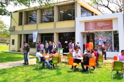 Estudiantes y docentes se dan cita en el Café del Lago para propiciar el diálogo, la integración y el conocimiento.