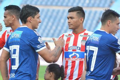 Teófilo Gutiérrez saluda a Roberto Ovelar durante los actos preliminares.