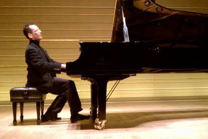 McCausland  es sinestésico. Con tan solo tocar su piano, es capaz de percibir distintas sensaciones.