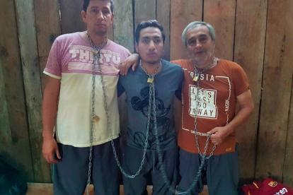 Los dos periodistas y el conductor del diario El Comercio permanecen encadenados.