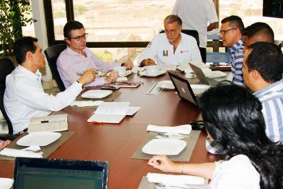 El ministro Gaviria y el gobernador Verano, entre otros, durante el encuentro de este viernes.