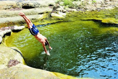 Este es uno de los tres pozos que hay en medio del bosque seco tropical de Los Charcones, que hace las veces de una piscina natural.