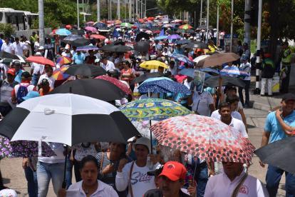 A pleno sol marcharon los docentes en Barranquilla hasta la Plaza de la Paz.