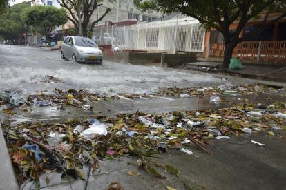 Canalización del arroyo de la carrera 20 con calle 38, llena de basura.