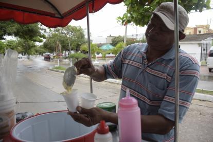 Muchos que no alcanzan a pensionarse optan por trabajos informales, como la venta de bebidas, por ejemplo.