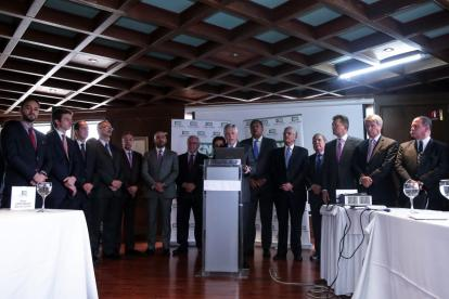 Los miembros del Consejo Gremial Nacional reunidos este jueves en pleno en Bogotá. El presidente Jorge Enrique Botero lee el documento de respaldo a Iván Duque.