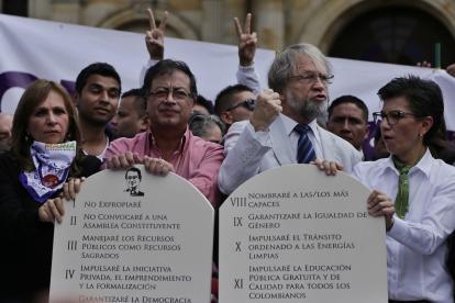 El candidato por Colombia Humana, Gustavo Petro, con su fórmula a la vicepresidencia Ángela María Robledo, junto al senador electo Antanas Mockus y la senadora Claudia López.