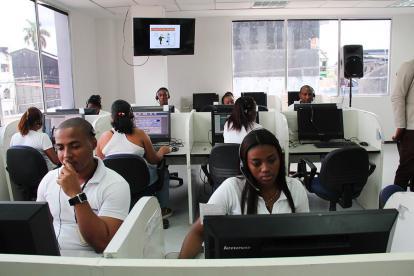 Trabajadores de un centro de contacto desarrollando sus actividades.