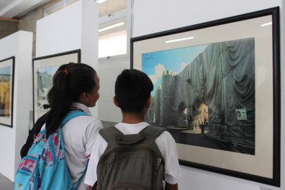 Estudiante aprecia la exposición de Christo y Jeanne Claude.