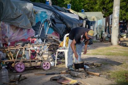 Algunos venezolanos viven en cambuches en cercanías a la terminal de transportes.
