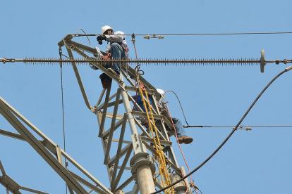 Operarios de Electricaribe realizando labores.