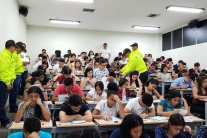 Policías requisan a los estudiantes en un salón de clases de la Unimagdalena.