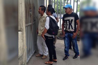 Esposa y familiares de la víctima a las afueras de Medicina Legal.