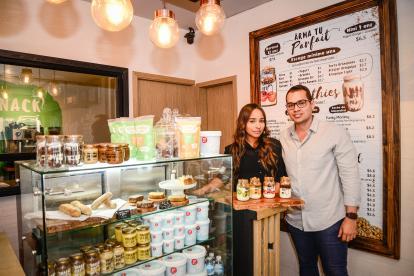 Silny Meza y José Gómez, socios de Snack Fit Me en el punto de venta en Barranquilla.