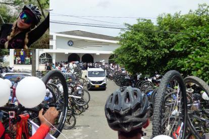 Ciclistas acompañaron el cortejo fúnebre.