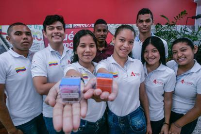 Jóvenes investigadores del Atlántico junto a los cubitos de 'Duna' y 'Tata y Momo'.