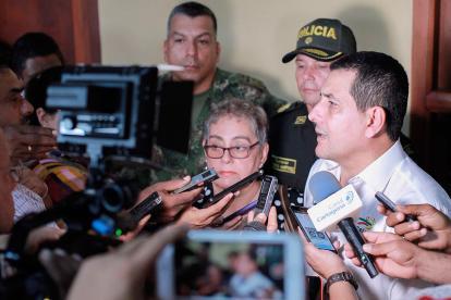 La profesora amenazada en el sur de Bolívar, Deyanira Ballestas, y el gobernador Dumek Turbay responden a los interrogantes de los periodistas.