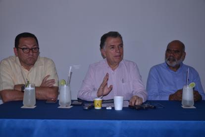 Germán Bula Escobar (centro), acompañado por los magistrados Carmelo Perdomo y César Palomino.