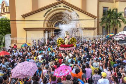 Cientos de fieles hicieron parte de la procesión que salió de la Parroquia Nuestra Señora del Carmen.