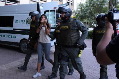 Haciendo gestos obscenos a la prensa, llegó 'la Madame' al complejo judicial de Cartagena.