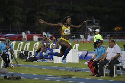 La atleta colombiana Caterine Ibargüen disputando la final del salto triple.