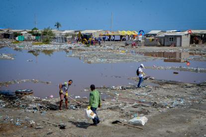 Miembros de la brigada social adelantan jornadas de limpieza en uno de los sectores más deprimidos del corregimiento de Tasajera.