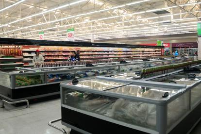 Varios compradores en un supermercado en el norte de Barranquilla.