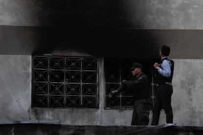 Agentes revisan un edificio después de la explosión cuando hablaba Maduro.