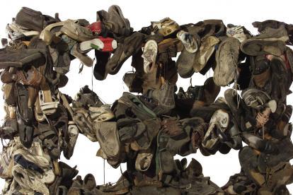 Más de 360 zapatos conforman la obra 'Alacena con zapatos', premio del Salón Nacional de Artistas.