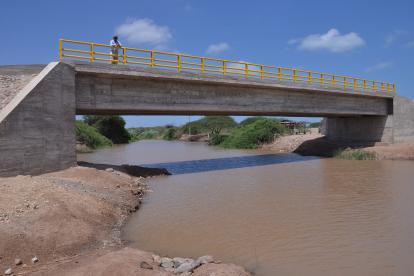 Este es el nuevo puente que beneficia a los habitantes de Pancho y 23 comunidades indígenas, en este territorio guajiro. La obra se inició el 22 de febrero en 2011.