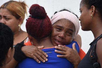 Familiares de la mujer asesinada por su hermano en las afueras de Medicina Legal.