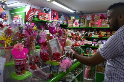 Un comprador escoge regalos de Amor y Amistad en un almacén en Barranquilla.