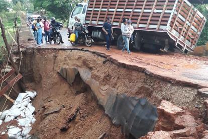 Este camión fue uno de los afectados por la caída del puente en Ayapel.