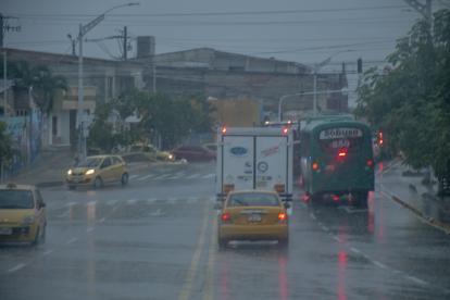 Vehículos se movilizan durante la lluvia en Barranquilla.