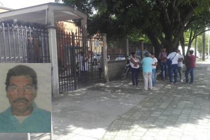 Familiares a las afueras de Medicina Legal en Montería.