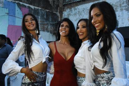 Tres candidatas al Reinado de la Independencia posaron con 'La Madame'.